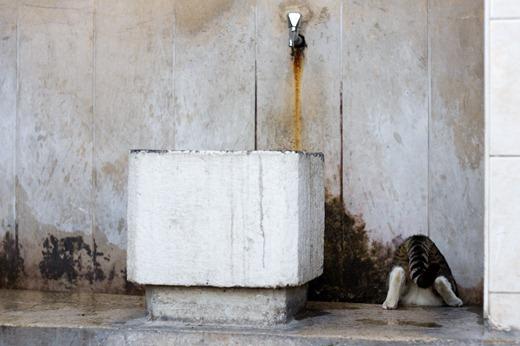 Waschgelegenheit vor einer kleinen Moschee