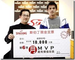 星裕行銷部副理(左)頒發支票給楊敬敏