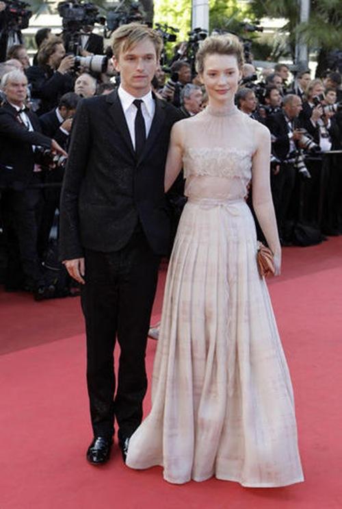 Henry Hooper y Mia Wasikowska
