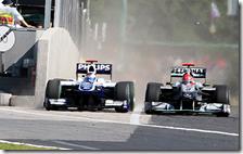 Schumacher spinge Barrichello verso il muretto dei box
