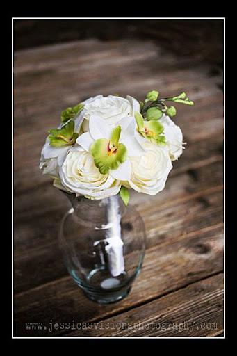 http://lh5.ggpht.com/_dKGsAoG7b-0/R8IHt3dHiHI/AAAAAAAAATg/VMUYzR7fWEo/White+Rose+and+green+orchid+bouquet.jpg
