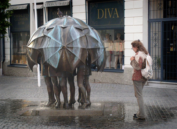 Čudne statue širom sveta - Page 3 12-odd-and-bizarre-fountains-women-under-umbrella