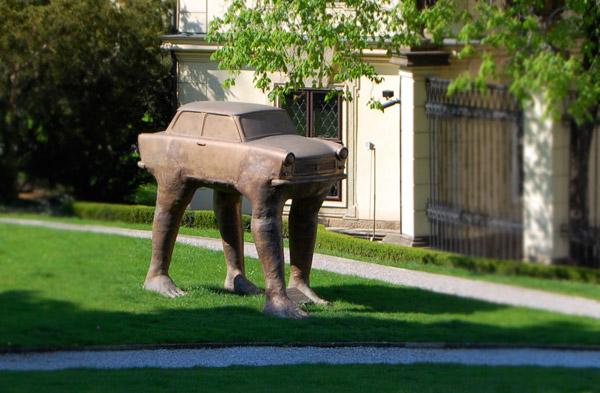 Čudne statue širom sveta - Page 4 David-Cerny-car-with-legs