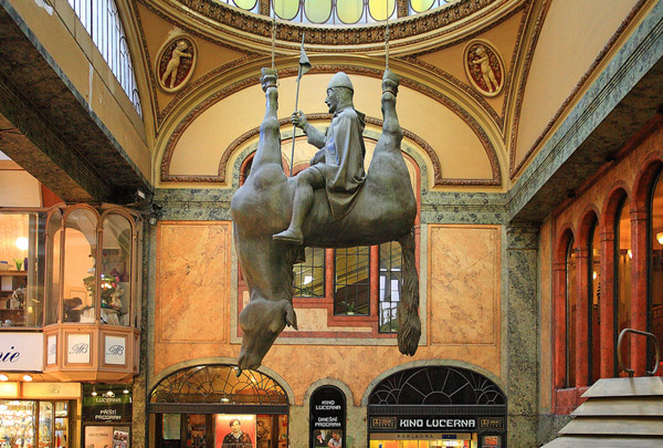 Čudne statue širom sveta - Page 4 David-Cerny-horse-upside-down