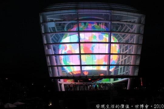 世界博覽會,台灣館,你可以從展館的四周就看到台灣館的的球形LED的動態影像,晚上看來來會更有感覺喔!要是有空的話,你可以站在旁邊的高價上參觀。