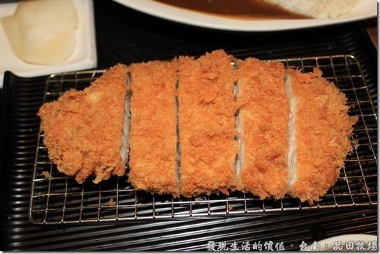 台南品田牧場,沙朗豬肉咖哩,份量比沙朗豬排多一點,但吃起來的味道我是分不出有何不同啦!我想最大的差異應該是有無咖哩飯吧!