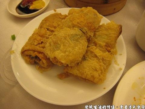 京星港式飲茶,鮮蝦腐皮卷,推薦這道菜,把豆腐皮包住整隻的蝦子下去油炸,外皮酥脆,沾著芥末、醬油及辣椒混合的醬料,味道棒極了。