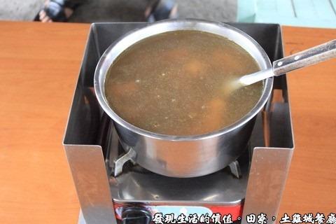 田寮陳甚土雞,剝皮辣椒雞湯,一隻NTD650,半隻NTD400。
