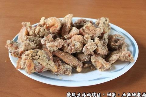 田寮,陳甚土雞,炸雞,就是鹹酥雞啦!一隻NTD650,半隻NTD400。 說真的,這裡的鹹酥雞比外頭賣得雞好太多了,外頭的鹹酥雞幾乎都在吃麵粉,這裡的雞肉可多是貨真價時實,只裹了一點點的皮衣,吃起來有滿滿的雞肉香味
