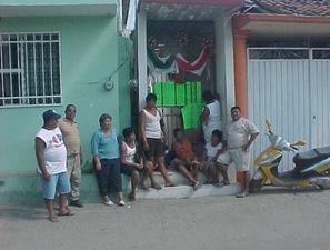 Trabajadores del Ayuntamiento de Coyuca de Benítez se plantaron en la puerta de  Tesorería municipal