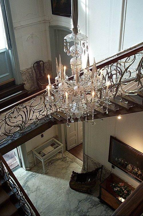 Amsterdam, le scale e il candelabro nel Musei Van Loon