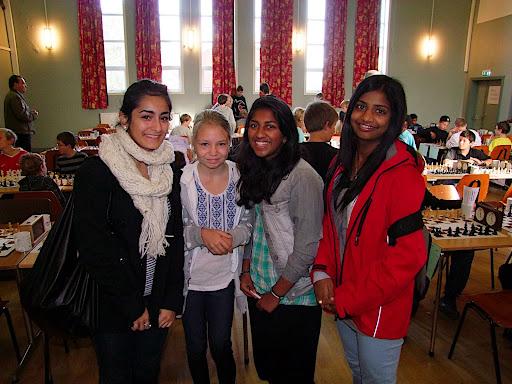 OSSU 2 ved 4 av dem. Fra venstre: Anita, Maud, Jarani og Raksha.