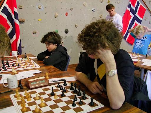 GM Jon Ludvig med Aryan og Lars Oskar på hver side.