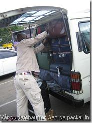 Vår guide/chaufför George packar in det mesta av bagaget i minibussen.