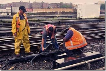 Trabajadores del LIRR testando cableados junto a un cambio de agujas