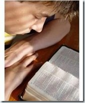 lendo biblia