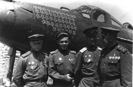 Летчики-асы 9-й гвардейской авиационной дивизии у истребителя P-39 «Аэрокобра»