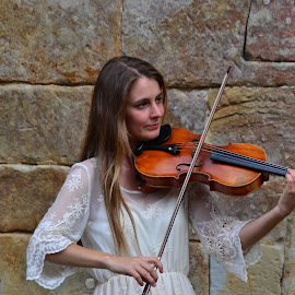 El Angel de Santillana by Lidia Noemi - People Musicians & Entertainers ( belleza, santillana, musico, violin, play,  )