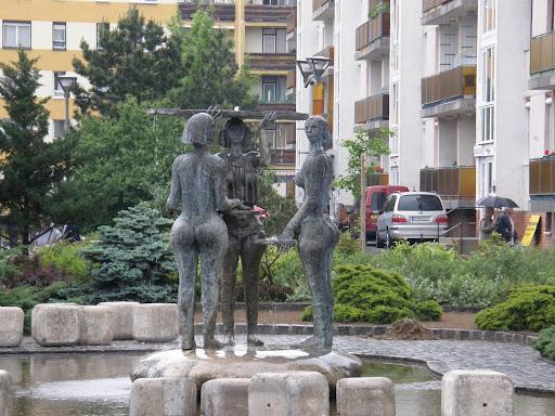 Veszprém, három nő, szobor, szökökűt, fountain, szoborcsoport, Cserhát lakótelep
