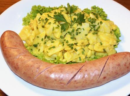 Salsichão alemão com salada de batata