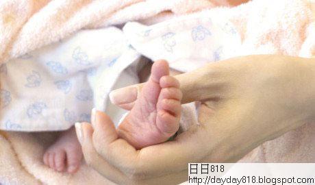 李嘉欣抓兒子小腳照片曝光 贊其就像小天使