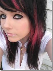 emo com olhos azuis e mechas vermelhas