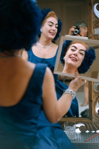 joan_crawford_looking_in_mirror-_-778121