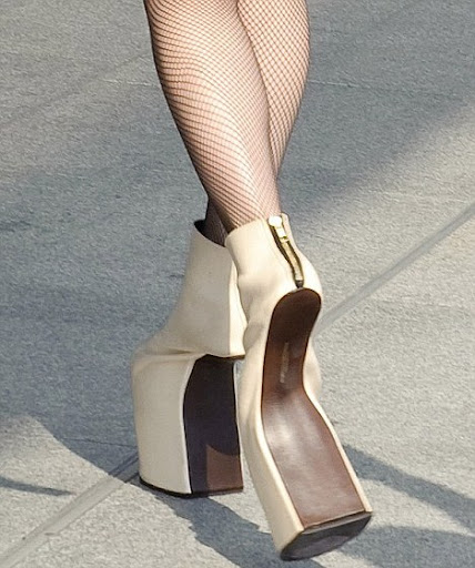 article 0 09E5F341000005DC 28 468x560 Lady Gaga Horse like Clompy Shoes