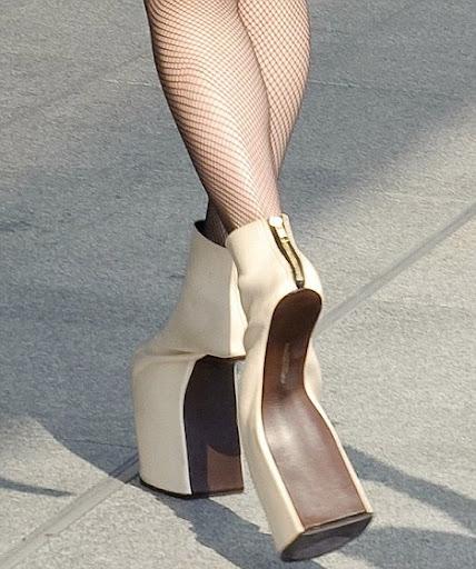 article 0 09E5F341000005DC 28 468x560 Lady Gaga Horse like Clompy Shoes