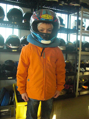 Petit Garçon fait du Karting dans j'adore