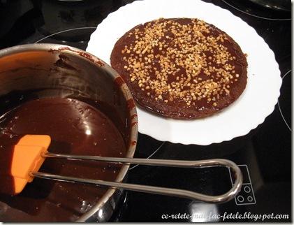 Tort Suprem de Ciocolată - ungem cu crema