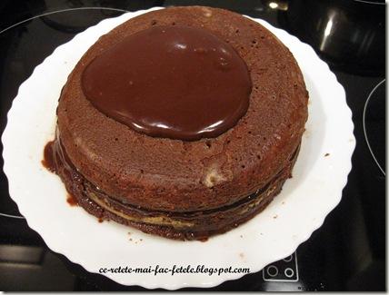 Tort Suprem de Ciocolată - acoperim cu crema