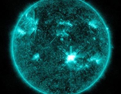 erupção solar registrada pelo satélite SDO