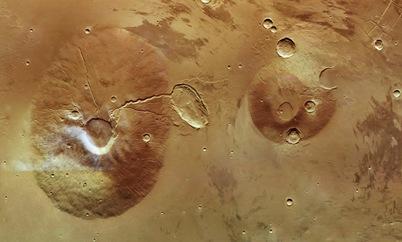 vulcões Ceraunius Tholus e Uranius Tholus