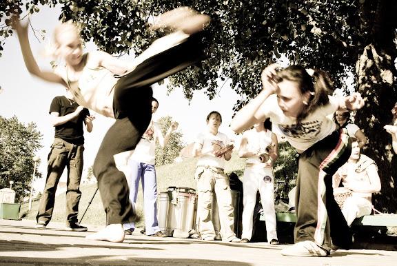 http://lh5.ggpht.com/_hRgKT151lqU/SiL41UQNJuI/AAAAAAAAI7Y/89MaFP00K4g/s576/Capoeira-14.jpg