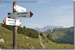 Cartelli dei sentieri e Marmolada sullo sfondo