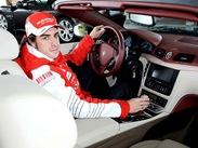 Alonso com o presente da Ferrari
