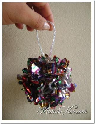 Como hacer una bola de navidad con papel met lico manualidades mamaflor - Manualidades de navidad con papel ...