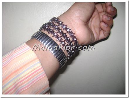 Como hacer una pulsera juvenil con accesorios de estrellas