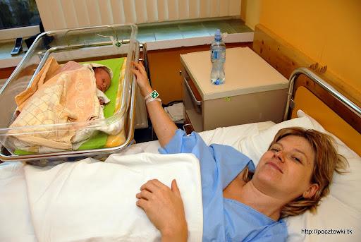 Szczęśliwa mama z córeczką - pierwsze wspólne chwile