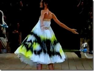Alexander-McQueen_Paint-splatter_Shalom-Harlow-1999.bmp