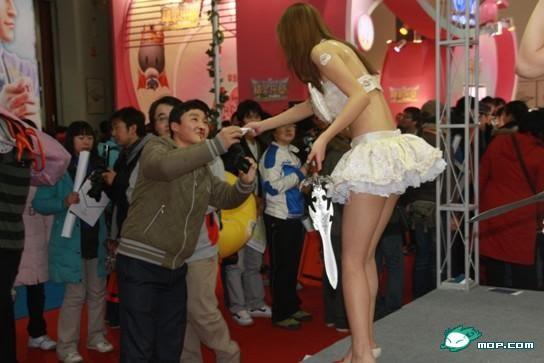 Zhang Nina (� 妮娜) man nosebleed