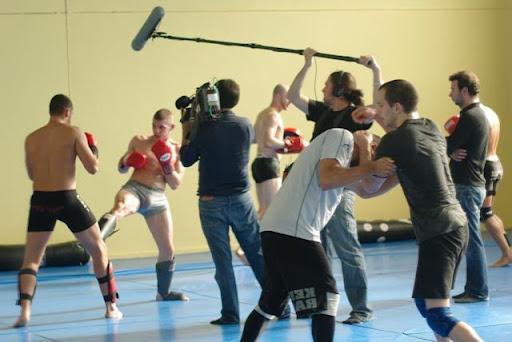 L'équipe d'Enquête Exclusive au coeur de l'action dans le club de MMA de Salvatore Casilli