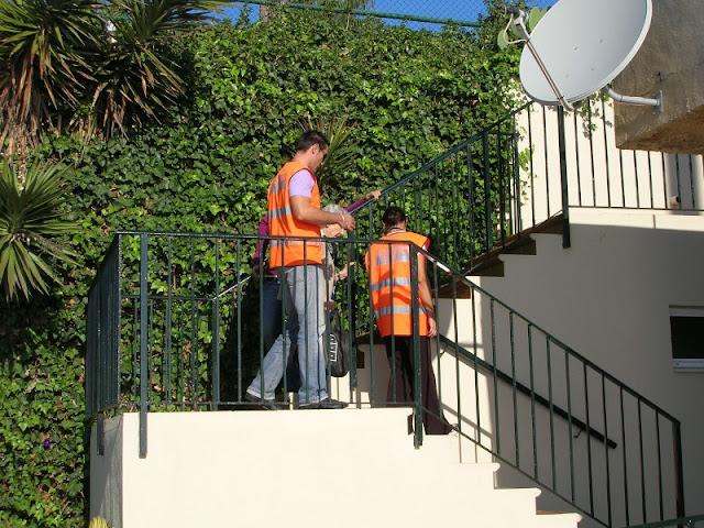 Ayudando a los mayores con problemas de movilidad en la evacuacion.