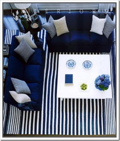 sala azul com tapete listrado