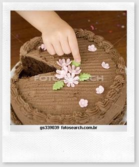 impressão táctil mão a tocar bolo