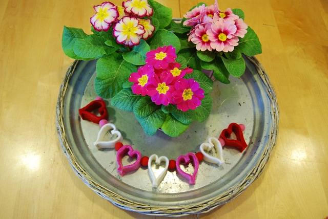 Tray with heart garland