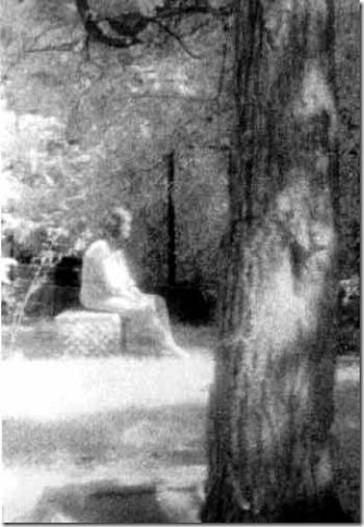 paranormal-girl_on_gravestone_lg