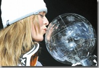 ex_lindsey_vonn_kissing_trophy