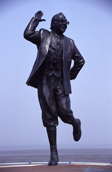 Eric-Morecambe-statue-created-by-sculptor-Graham-Ibesson_web